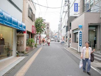 横浜信用金庫を通り過ぎる